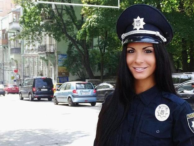 «Как две капли»: привлекательная полицейская Киева показала свою сестру, такую же красавицу