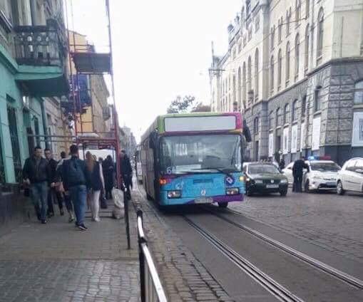 «Выпрыгнул со второго этажа под колеса автобуса…»: Инцидент который шокировал весь Львов. Что там происходило?