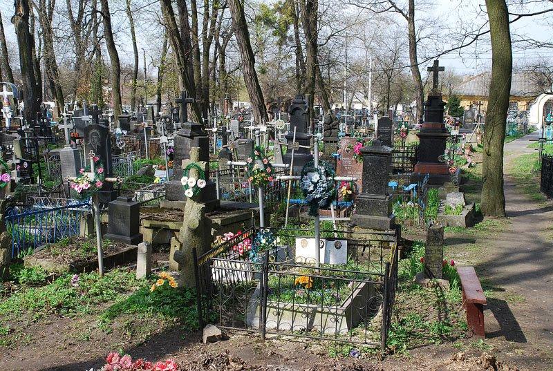 На Волыни нашли человека, который лежал на кладбище с ножевыми ранениями