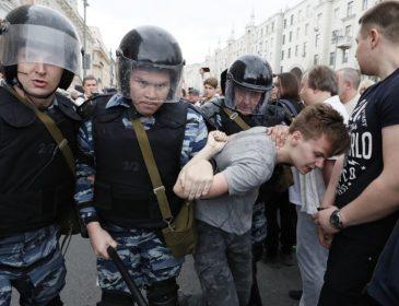 «Одну девушку тянули за волосы …»: Акция в поддержку Навального продолжается. Более 300 задержанных