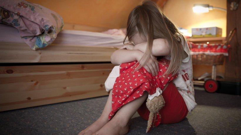 Заманили десяток маленьких девочек: Мать с сыном устроили надругательство над 12-13 летними детьми