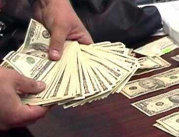 В Виннице известный чиновник «спалился» на огромной взятке, эта сумма просто заоблачная