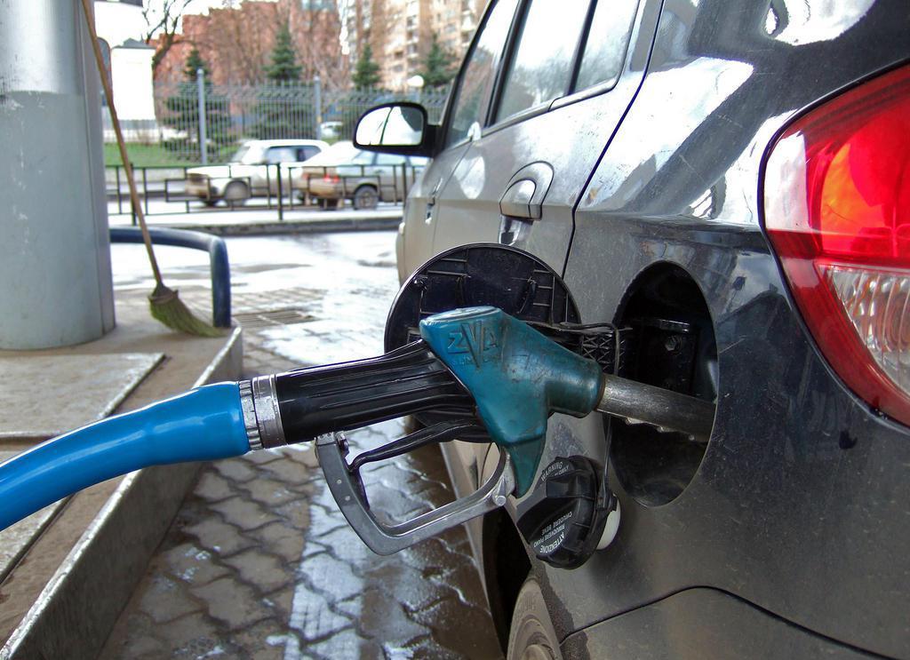 Крупнейшие сети АЗС подозревают в сговоре: цены на бензин снова дорожают