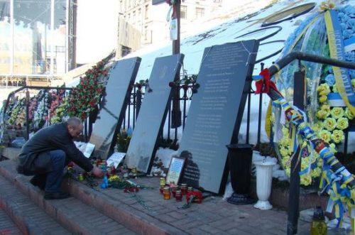 «Это ваш Майдан во всем виноват..»: Житель Севастополя разорил памятник погибшим героям в Киеве