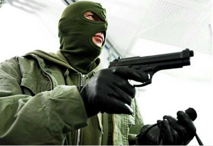 «Остановился для ремонта»: Банда серийных грабителей в масках ограбила десятки водителей на дороге