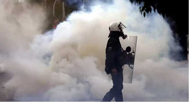 Протесты под Радой: Началась жесткая драка, в толпе распылили слезоточивый газ.