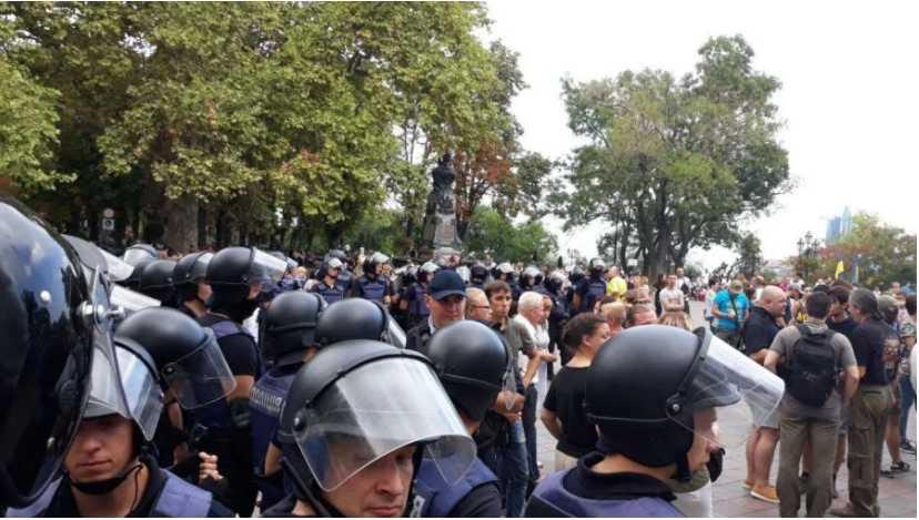 «На лице кровь и крики» Полиция пошла на штурм здания суда, где рассматривается дело Кохановского
