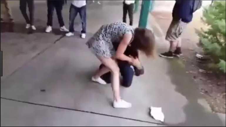 Прыгала на нем, пока все смотрели! Школьница устроила жестокую расправу над одноклассником, это уже не первая жертва