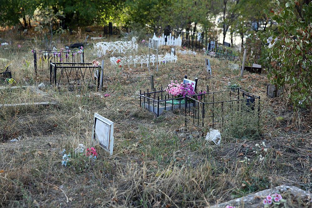 «Установлено примерно с десяток крестов»: киевляне возмущены «кладбищем» в центре столицы