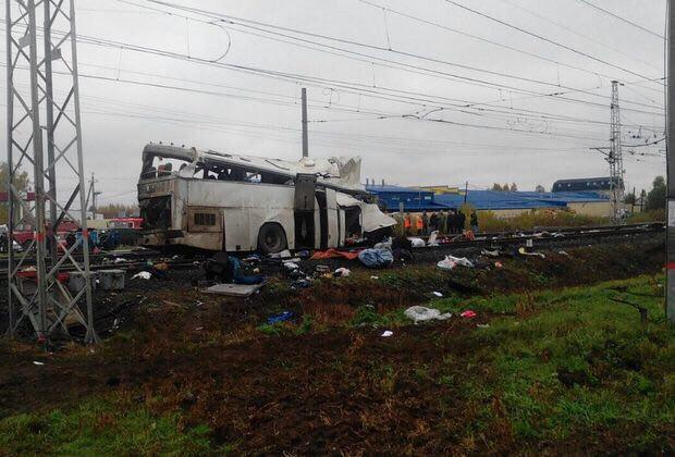 Поезд столкнулся с автобусом. В результате ДТП погибли два десятка человек (Видео)