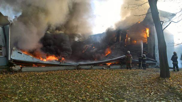 Первые кадры: под Киевом горит детская спортивная школа