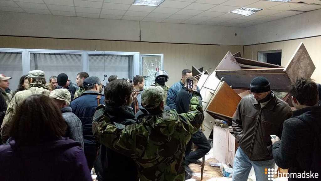 «Выбили окна и разбили мебель»: на суде Кохановского активисты устроили погром (ВИДЕО)
