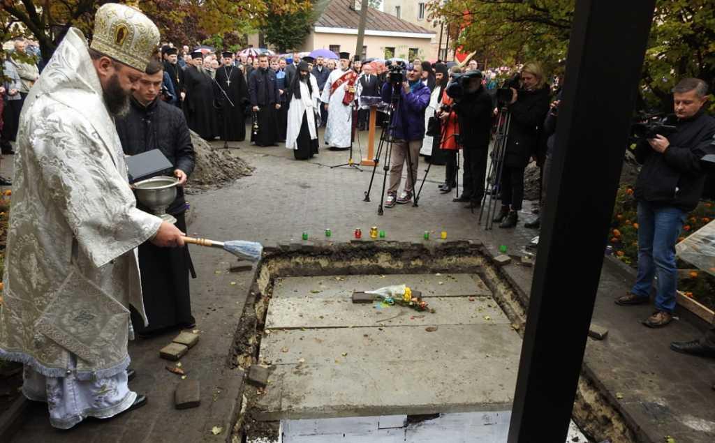 «Их убили коварно»: В Луцке состоялось перезахоронение расстрелянных узников тюрьмы