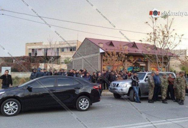 Вооруженный мужчина ворвался в детский сад и держит детей в заложниках