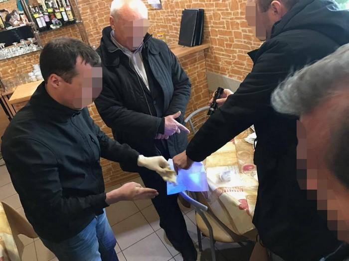 «Пообещали гражданину избежать уголовной ответственности»: В Луцке на взятке задержали предпринимателя и правоохранителя