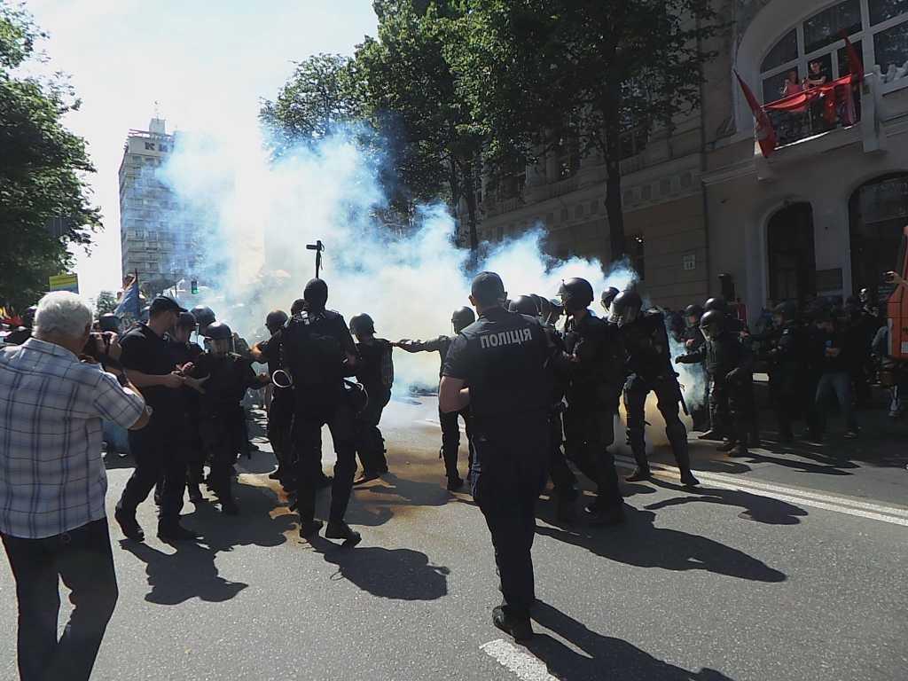 Слезоточивый газ и силовое противостояние: Столкновения между митингующими и правоохранителями