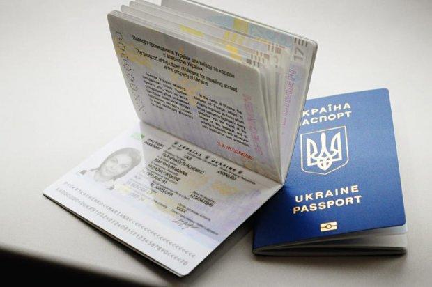 Все из-за биометрических паспортов? Украинцы бросились сдавать путевки обратно в турагентства