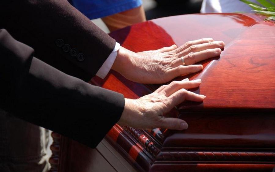 На похоронах родственники заметили, что покойник дышит