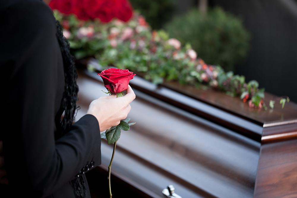 «За что мы заплатили?»: На похороны вместо катафалка прислали мусоровоз