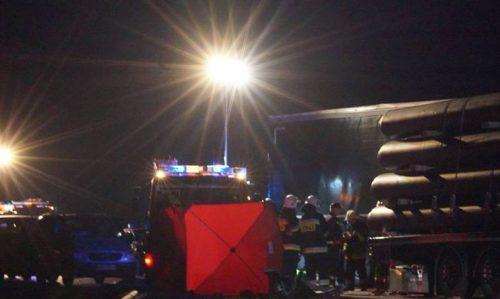 «Спасателям пришлось срезать крышу…»: Украинец устроил жуткое ДТП в Польше. Грузовик просто въехал в автомобильный затор