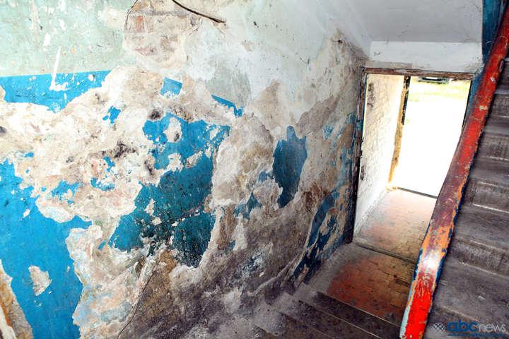 Место для гардеробной, пьянок и разврата: В что ловкие работники ЖЭКа превратили подвал