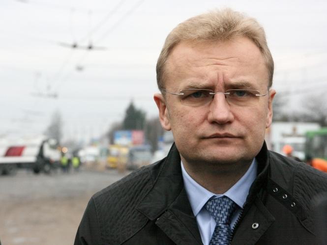 «Может мэр подумал, что он — трамвай»: Как автомобиль Садового нарушает ПДД во Львове