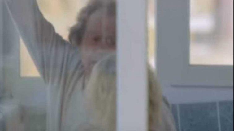 «Держала за ногу в течение получаса…»: Находясь у себя на балконе, учительница поймала за ноги соседа