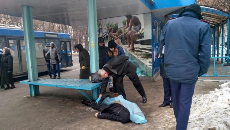 Достал пистолет и выстрелил: В Киеве на остановке, иностранец покончил с собой