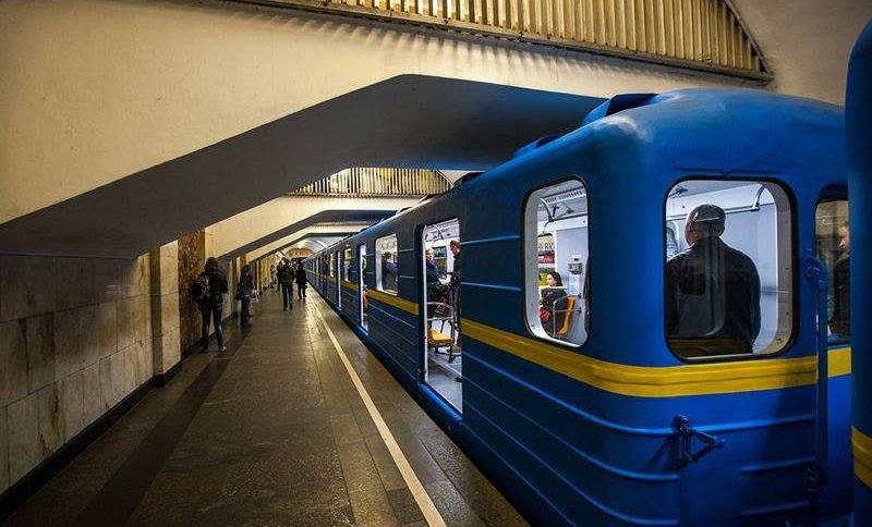 В столице мужчина неожиданно упал на рельсы метро