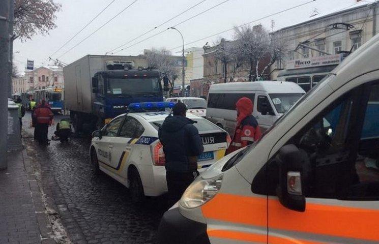 «Мы надеемся, что она выживет»: в Киеве произошло ужасное ДТП на остановке