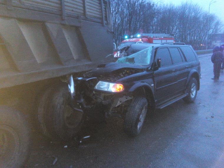 Прямо под камаз: На Ровенщине иномарку извлекли из-под грузовика спасатели