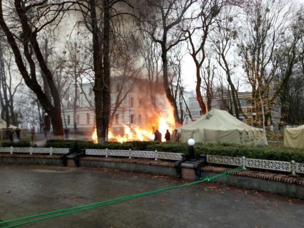 Что происходит под Радой? Вспыхнул пожар в палаточном городке, в эпицентре правоохранители