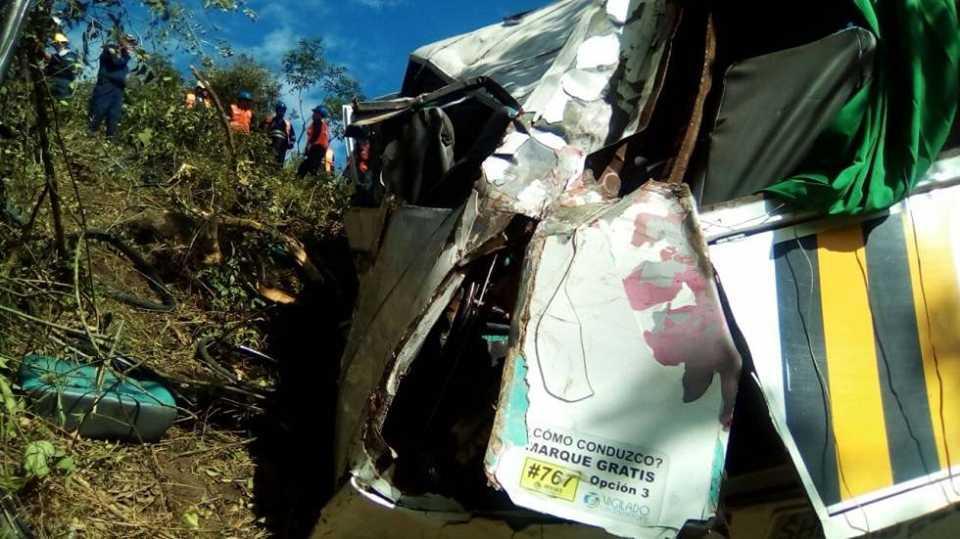 «Все члены одной семьи»: Автобус с 18 пассажирами упал в 150-метровую пропасть