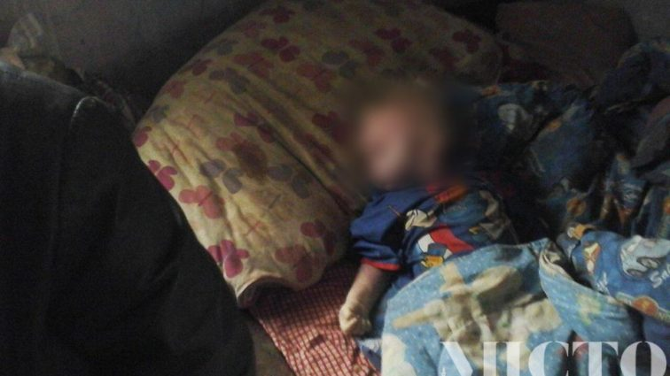 «Чужие люди плакали, а родители — нет…»: Мальчик умирал возле пьяного отца