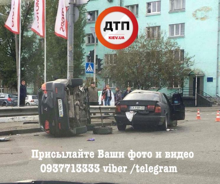 «Лоб в лоб»: Масштабное ДТП в Киеве, обломки разбросало по всей дороге