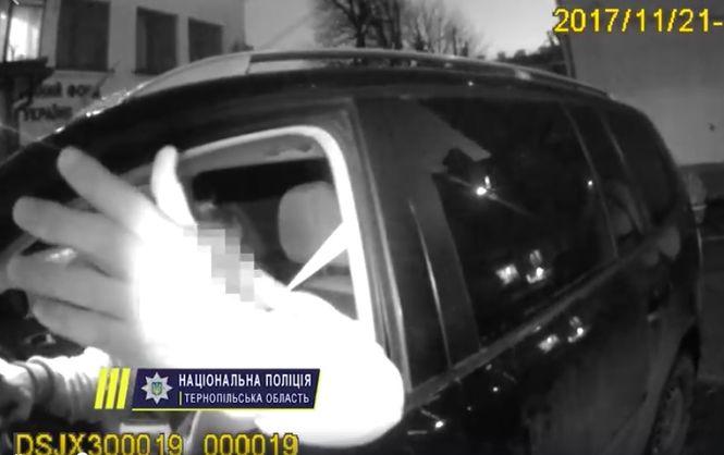Что же это творится? Депутат жестоко избил девушку-полицейскую на камеру