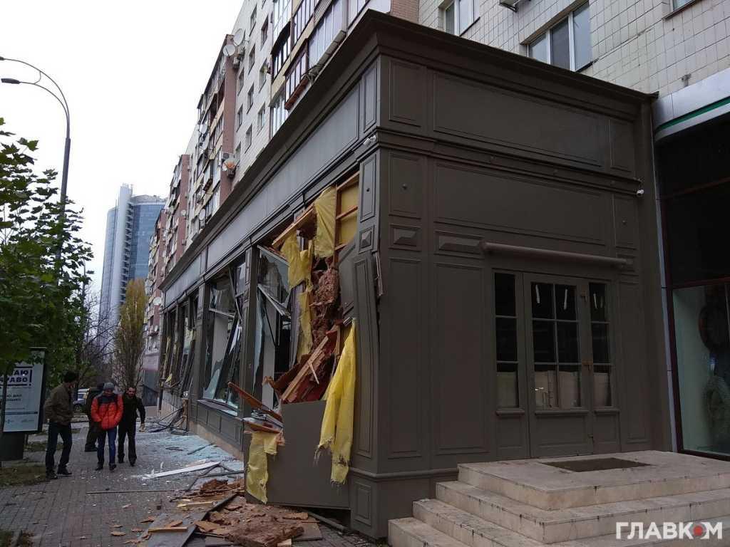 В Киеве за несколько минут неизвестный разнес мебельный магазин