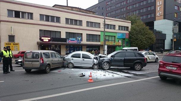 Два автомобиля буквально «зажали» третий после лобового столкновения. Есть погибшие