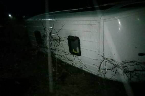 «Вылетел с трассы и перевернулся в кювет…»: Автобус с работниками попал в ДТП