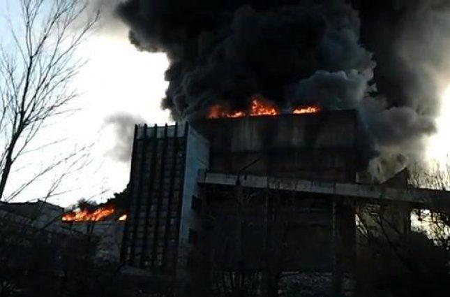 «Жителей просят не выходить из домов»: из-за пожара на ТЭС произошел выброс токсичных веществ