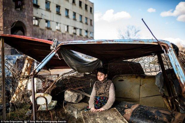 В поле в палатке, а питаются из мусорных баков: как живет мать с двумя детьми