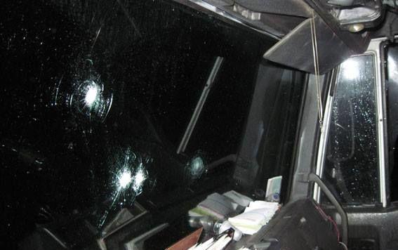 Неизвестные в масках напали на водителя и пассажиров грузовика, применив оружие.