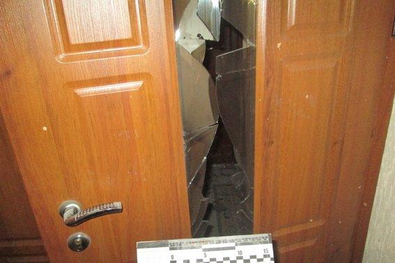 «Бросили гранату под дверь»: Неизвестные взорвали квартиру депутата