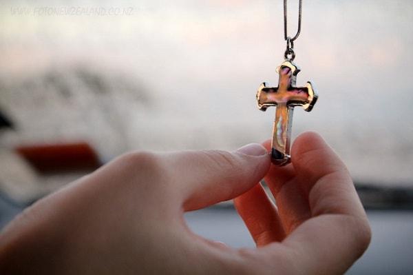 «Свалиш на себя чужой крест …»: Можно ли поднимать найденный на улице крестик?