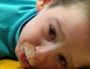 «Даже не ест самостоятельно»: 7-летний Женя получил тяжелую травму головного мозга