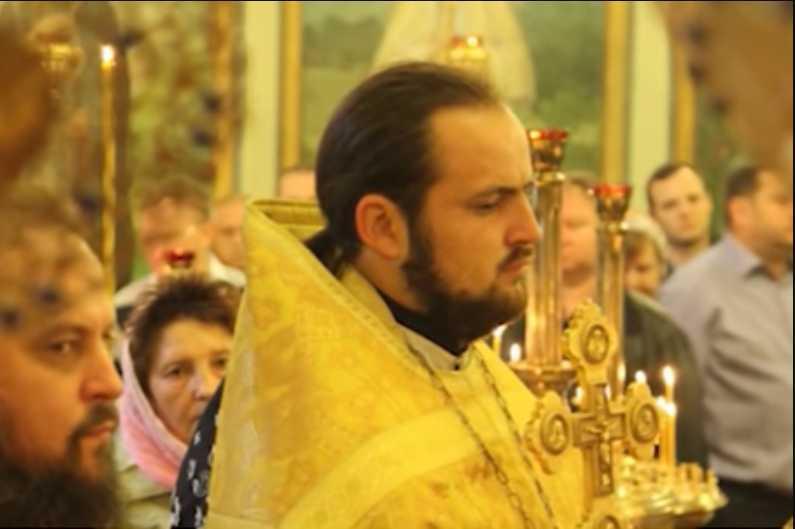 Мы все ходим к ним за прощением: В сауне развлекаясь с девушками умер священник (ВИДЕО)
