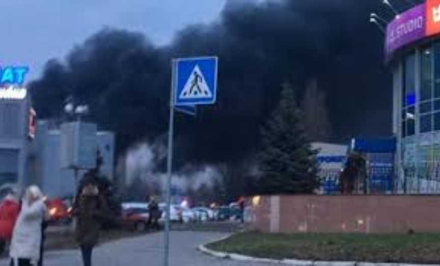 «Дым видно из всего района»: В столице вспыхнул один из крупнейших магазинов