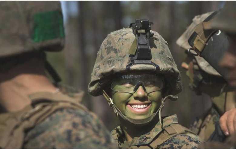 Насилие и змеи в воде: В каких условиях женщинам приходится служить в армии