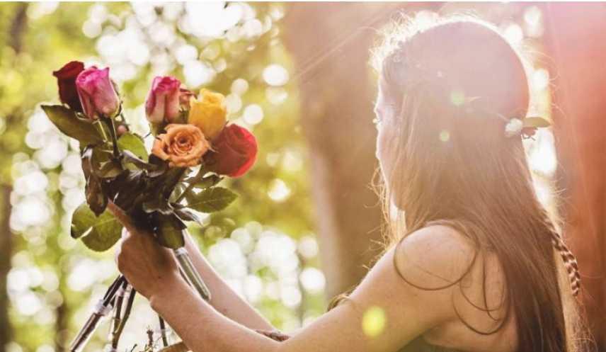 «Я буду с тобой в каждый важный день»: Девушка получила букет цветов от отца, умершего 5 лет назад