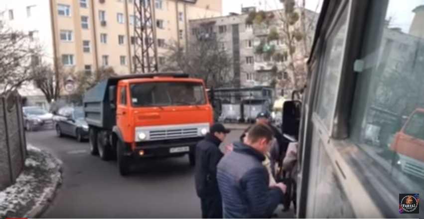 Применили силу: Во Львове произошел конфликт между пассажирами маршрутки и полицией (ВИДЕО)